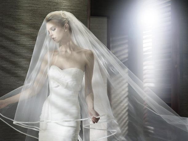 11081e930 El velo de novia es de color blanco  ivory al igual que el vestido